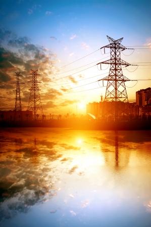 高電圧のポスト。高圧鉄塔の空の背景。 写真素材 - 14121011