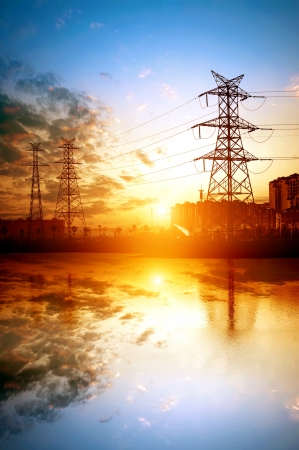 electricidad industrial: de alta tensi�n post.High tensi�n torre de fondo del cielo.
