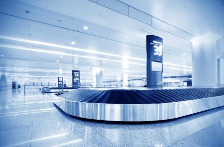 Einzel-Koffer allein auf Flughafen Karussell
