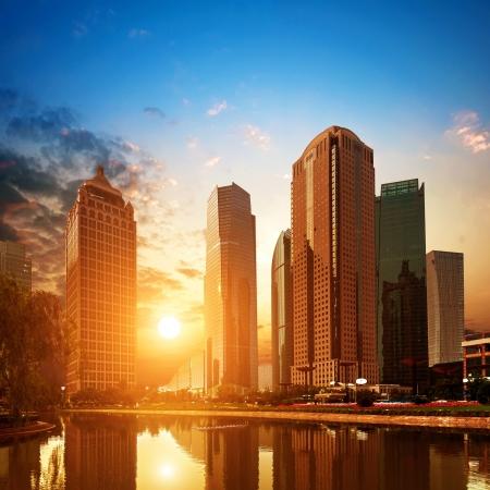 rascacielos: Al atardecer, los rascacielos de Shanghai Pudong Lujiazui.