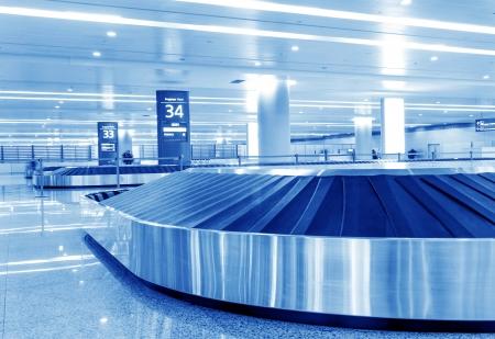 transportador: Sola maleta sola en el aeropuerto carrusel
