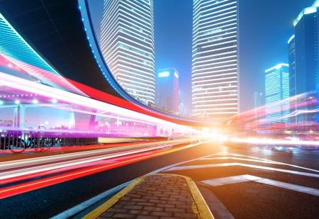 Die Lichtspuren auf dem modernen Gebäude Hintergrund in shanghai China. Standard-Bild