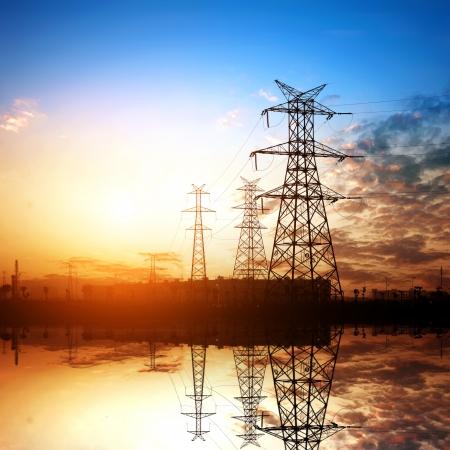 electricidad industrial: alto voltaje post.High tensi�n torre fondo del cielo. Foto de archivo