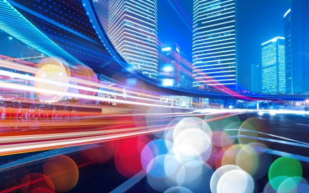 dynamic movement: Los senderos de luz en el fondo moderno edificio en shanghai china