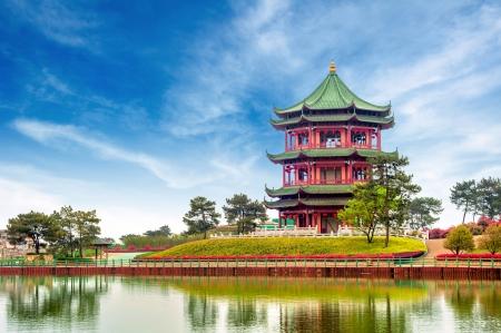 青い空と白い雲、古代中国の建築の庭