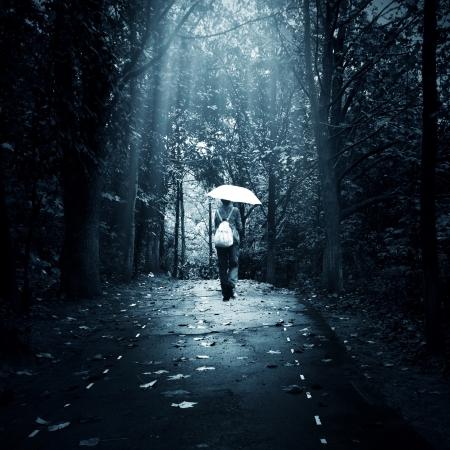 고독 개념 - 숲에서 외로운 슬픈 여자