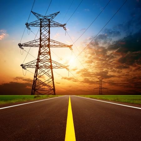 torres de alta tension: Anochecer, carreteras y torres de alta tensión