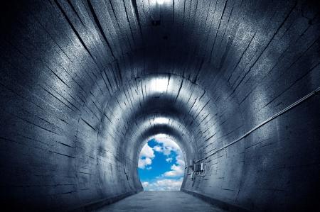 トンネル: 空と大げさな表現に向かってトンネルします。 写真素材