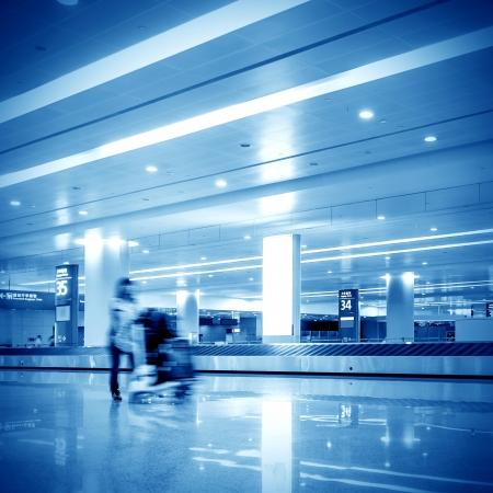 gente aeropuerto: Un hombre con el equipaje en un aeropuerto Foto de archivo
