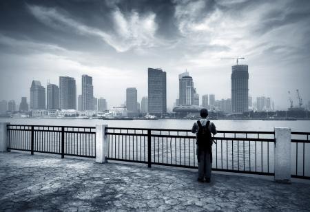 Bund in Shanghai, China, und die Stellung des Mannes Standard-Bild - 16608530