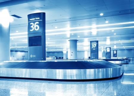 Einzigen Koffer allein auf dem Flughafen Karussell Standard-Bild - 18329025