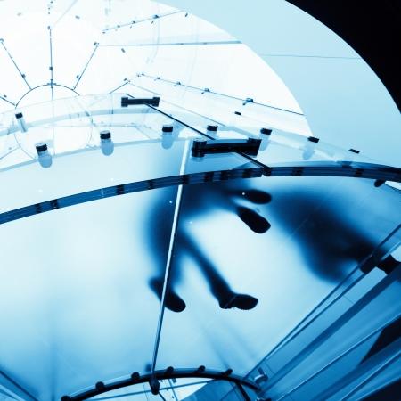 Moderne Glas-Wendeltreppe im Shop mit Bewegung Schritt Standard-Bild - 19122590