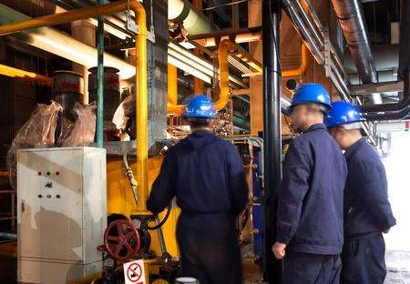 Im Inneren der Fabrik werden die Arbeiter diskutiert Standard-Bild - 19338697