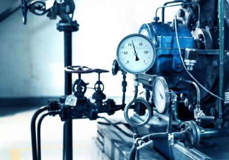 Nahaufnahme von Manometer, Rohre und Wasserhahnventile der Heizung in einem Heizraum Standard-Bild - 19752024