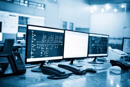 Salle de contrôle moderne des plantes et des écrans d'ordinateur Banque d'images