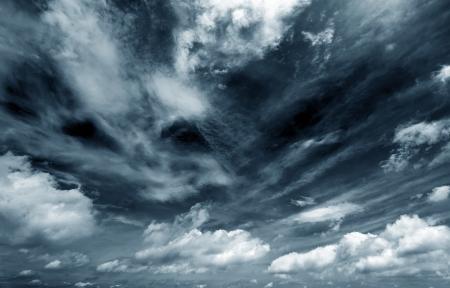 천둥 폭풍 전에 어두운 구름의 배경