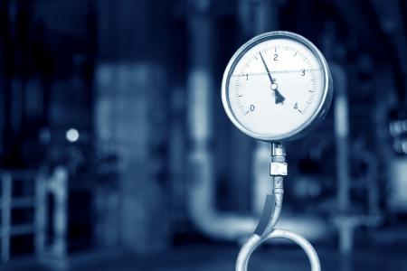 Nahaufnahme von Manometer, Rohre und Wasserhahnventile der Heizung in einem Heizraum Standard-Bild - 20275964