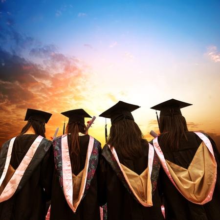 grado: Los graduados se enfrentan al sol de la mañana