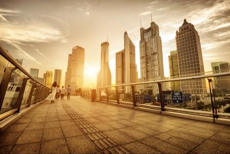 In der Abenddämmerung, die Wolkenkratzer von Shanghai Pudong Lujiazui Standard-Bild - 21430981