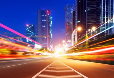 中国広東省の夕暮れ時に路上の光の道
