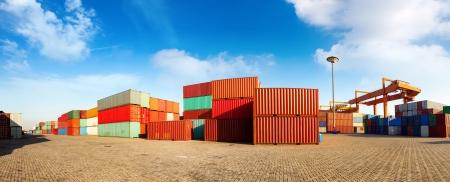 Stapel von Fracht-Container an den Docks Standard-Bild - 23569924