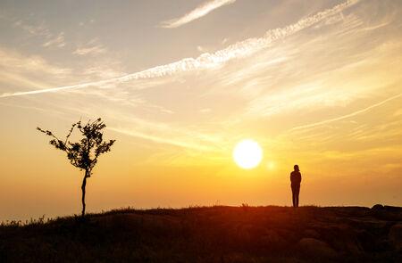 Schemering horizon en de lucht, het meisje te kijken naar de zonsondergang. Stockfoto