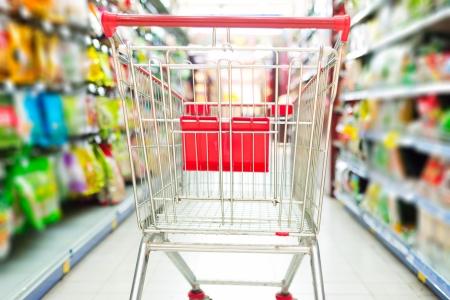 Supermarkt interior, leere rot Warenkorb.