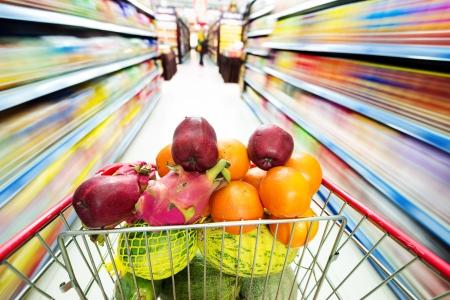 Supermarkt Interieur, mit der Frucht der Warenkorb gefüllt.