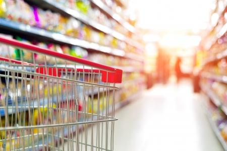 pracoviště: Supermarket interiér, prázdné červené nákupní košík.