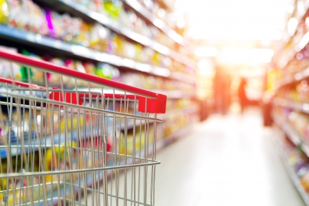 stores: Supermarkt interieur, lege rode winkelwagen.