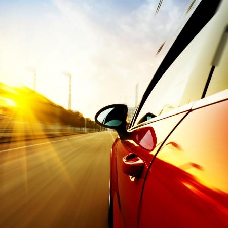 Ein Auto fährt auf einer Autobahn bei hohen Geschwindigkeiten, überholen anderer Fahrzeuge Standard-Bild - 24911320