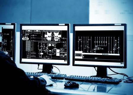 Moderne fabriek controlekamer en computermonitoren Stockfoto - 25120487