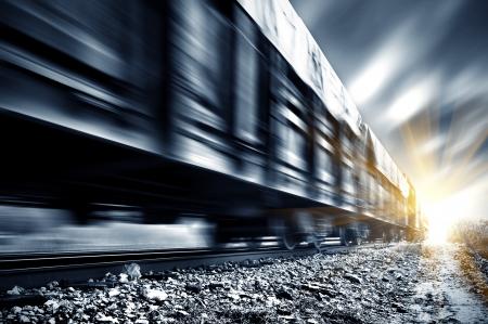 モーション ブラーの高速貨物列車。