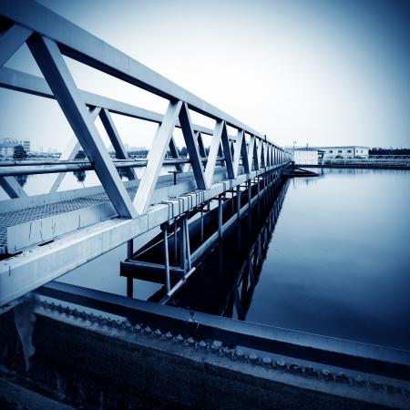 Planta de tratamiento de aguas residuales urbanas moderna.