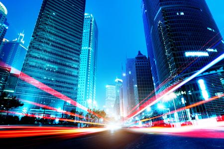 Das Licht Wege auf dem modernen Gebäude Hintergrund in shanghai China. Standard-Bild - 25947677