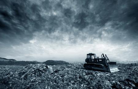 landfill site: Trasporti sul quotidiano spazzatura accumulata immondizia in discarica.