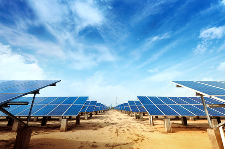 Solar-Panels gegen blauen Himmel