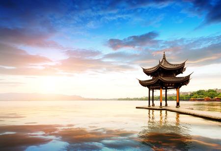 夕焼け、中国杭州の古代パビリオン