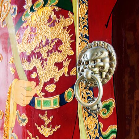 portero: Antiguo Templo Chino, el Templo de Shanghai Ciudad de Dios. Patrones mueca Portero y puerta de bronce aldaba. Foto de archivo