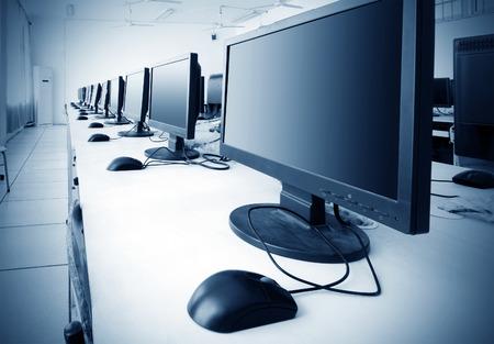 Computer Lab, Sauber platziert Reihen von Computer.