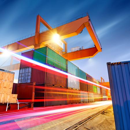 Containerterminal in de nacht, die werkzaam zijn in de brug kraan. Stockfoto