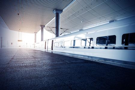 彼は駅で停止した列車します。
