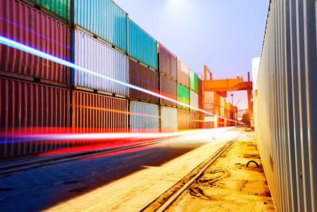 Container-Terminal in der Nacht, die in der Brückenkran. Standard-Bild - 30985979