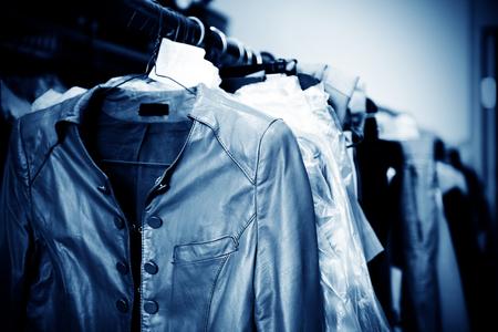 ropa colgada: Servicio de lavander�a, colgando de los bastidores de ropa vieja. Foto de archivo