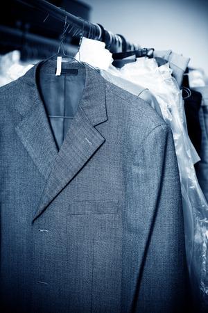 vestidos antiguos: Servicio de lavander�a, colgando de los bastidores de ropa vieja. Foto de archivo