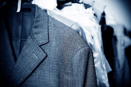 detersivi: Lavanderia, appesi alle rastrelliere di vestiti vecchi.