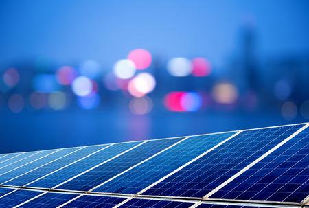 太陽電池パネルの背景としての都市景観
