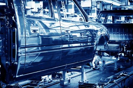 工場床、車の生産ライン。