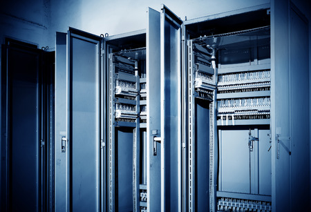 tablero de control: Panel de control con interruptores y cables de cables enredados
