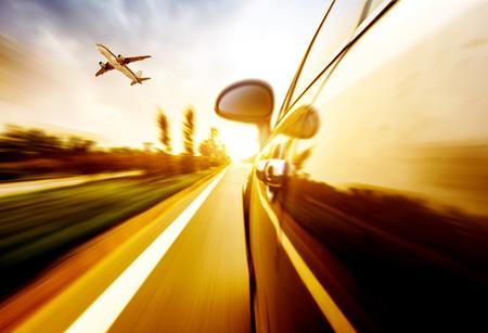 Een auto rijden op een snelweg bij hoge snelheden, inhalen andere auto's